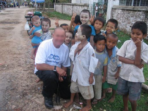 http://israeligirl.typepad.com/my_weblog/images/2008/05/11/burma1_with_children.jpg